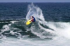 Pancho Sullivan che pratica il surfing nella Triple Crown Hawai Fotografia Stock