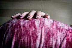 Pancia della holding della donna incinta Immagini Stock