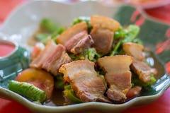 Pancia di carne di maiale croccante con lungamente stata insalata piccante immagine stock