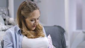 Pancia incinta commovente della donna che parla con bambino video d archivio