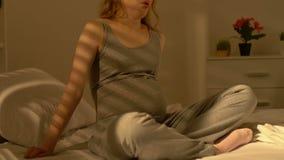Pancia incinta della tenuta della giovane signora, preoccupantesi per il bambino futuro, problemi sanitari video d archivio