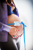 Pancia incinta isolata contro priorità bassa bianca Fotografie Stock