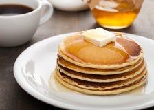 Panckes用黄油和糖浆用咖啡在 免版税图库摄影