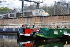居住船在圣Pancras盆地,董事的运河停泊了 免版税库存图片