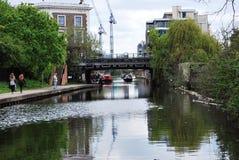 圣Pancras在董事的运河的方式桥梁,伦敦,英国 免版税库存照片