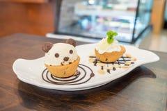 Panda de crème glacée de tasse de biscuit de Nutella sur le chocolat image stock
