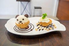 Panda del helado de la taza de la galleta de Nutella en el chocolate Foto de archivo libre de regalías