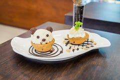 Panda del helado de la taza de la galleta de Nutella en el chocolate Foto de archivo