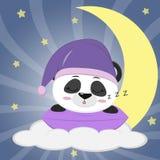 Panda dolce in un cappello viola per il sonno, addormentato su un cuscino Bugie su una nuvola e su una grande luna contro lo sfon illustrazione di stock
