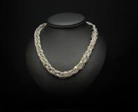 Pandant-Juwel auf schwarzem Hauthintergrund lizenzfreies stockfoto