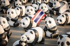 1.600 Pandapapiermacheskulpturen werden in Bangkok aufgewiesen Stockfotografie