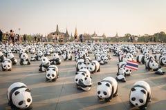 1.600 Pandapapiermacheskulpturen werden in Bangkok aufgewiesen Lizenzfreie Stockfotografie
