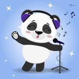 Pandasänger in den blauen Kopfhörern, mit einer angehobenen Tatze singend in das Mikrofon auf einem blauen Hintergrund, im Stil Lizenzfreies Stockbild