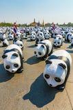 1600 Pandas kämpfen Anfangsschaukasten bei Sanam Luang Bangkok durch WWF Stockbilder
