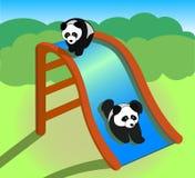 Pandas sur une glissière images libres de droits