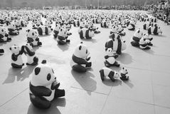 1600 Pandas+-Th, Document mache Panda's om 1.600 Panda's te vertegenwoordigen Stock Foto's