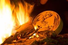 Pandeiro de Shamanic na frente de uma fogueira imagens de stock