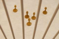 Panden van houten schaak en de lijn die tussen hen worden gemaakt stock foto