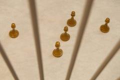 Panden van houten schaak en de lijn die tussen hen worden gemaakt royalty-vrije stock afbeeldingen