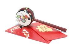 Pandereta china y paquetes rojos Imagen de archivo