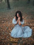 Pandora άνοιξε την κασετίνα βλασφημίας και άφησε έξω μια φοβερή πληγή έξω, το κορίτσι στη φρίκη αφαιρεί τα χέρια της από το κιβώτ στοκ εικόνες