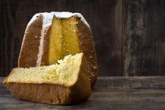 Pandoro圣诞节蛋糕用在木桌上的糖 Copyspace 图库摄影