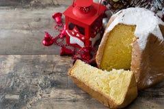 Pandoro圣诞节蛋糕用在木桌上的糖 Copyspace 库存图片