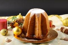 Pandoro在装饰的桌上的圣诞节蛋糕 库存照片