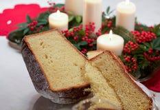 Pandoro,在桌上的圣诞节蛋糕 免版税库存图片