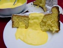 Pandoro con la crema amarilla del mascarpone, postre tradicional del italiano de la Navidad foto de archivo