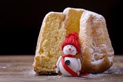 Pandoro-Kuchen mit Schneemann Lizenzfreie Stockbilder