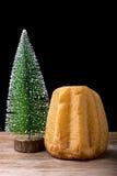 Pandoro y árbol de navidad Fotografía de archivo