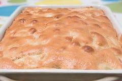 Pandowdy casalingo del pan di Spagna sulla tavola Fotografia Stock