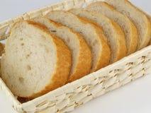 Pane affettato in canestro di vimini fotografia stock