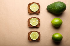 Pane affettato con calce e l'avocado Fotografia Stock Libera da Diritti
