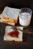 Pane affettato con inceppamento immagini stock libere da diritti