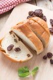 Pane affettato con l'uva passa Fotografie Stock Libere da Diritti