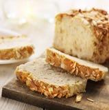 Pane affettato dello zucchero con i almons e la cannella Fotografie Stock Libere da Diritti
