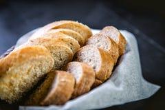 Pane affettato nel canestro, pane in bianco e nero Fotografia Stock