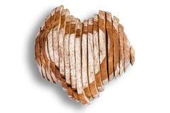 Pane affettato nella forma di cuore sopra bianco Fotografia Stock