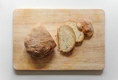 Pane affettato su un bordo di legno Fotografia Stock Libera da Diritti