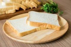 Pane affettato sul piatto di legno Immagini Stock Libere da Diritti