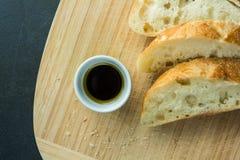 Pane affettato sul tagliere con la vista superiore dell'olio Fotografia Stock Libera da Diritti