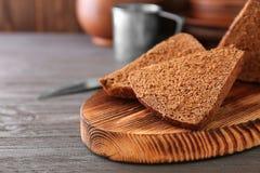 Pane affettato sul tagliere di legno Fotografia Stock