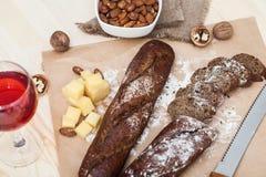Pane affettato sulla tavola con formaggio Fotografia Stock
