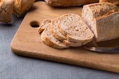 Pane affettato sulla tavola di pietra grigia, coltello, fine su fotografia stock libera da diritti
