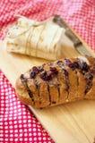 Pane al forno con formaggio e le ciliege secche Fotografia Stock Libera da Diritti