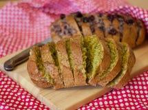 Pane al forno con formaggio, olive e le ciliege secche immagini stock libere da diritti