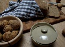 Pane al forno domestico con alcune noci dal lato immagini stock