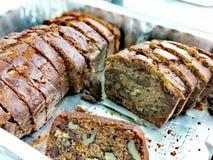 Pane al forno domestico in un vassoio con i dadi nel pane immagini stock libere da diritti